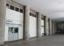Entrada do Auditório Padre José de Anchieta, no térreo do Edifício Cardeal Leme. Fotógrafo Antônio Albuquerque. Acervo do Núcleo de Memória.