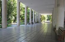 Pilotis do Edifício da Amizade. Ao fundo, à esquerda, o busto do Presidente John Kennedy. Fotógrafo Antônio Albuquerque. Acervo do Núcleo de Memória.
