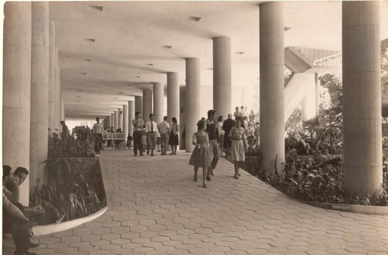 Alunos e professores nos pilotis do Edifício Cardeal Leme. c. 1960. Fotógrafo desconhecido. Acervo da Vice-Reitoria de Desenvolvimento.