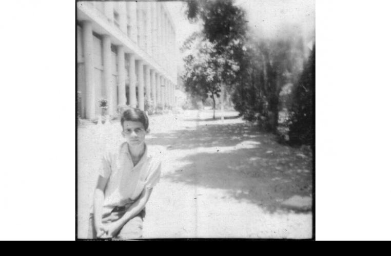 O funcionário Antônio Albuquerque aos 18 anos, em frente ao Edifício Cardeal Leme. Fotógrafo desconhecido. Acervo particular do fotógrafo Antônio Albuquerque.