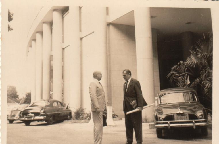 Edifício Cardeal Leme com carros estacionados em frente ao Bloco C. c. 1965. Fotógrafo desconhecido. Acervo da Vice-Reitoria de Desenvolvimento.
