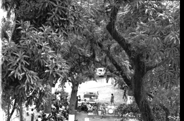 Alunos participam de sarau no estacionamento em frente à Ala Kennedy. 1979. Fotógrafo Alfredo Jefferson. Acervo do prof. Alfredo Jefferson.