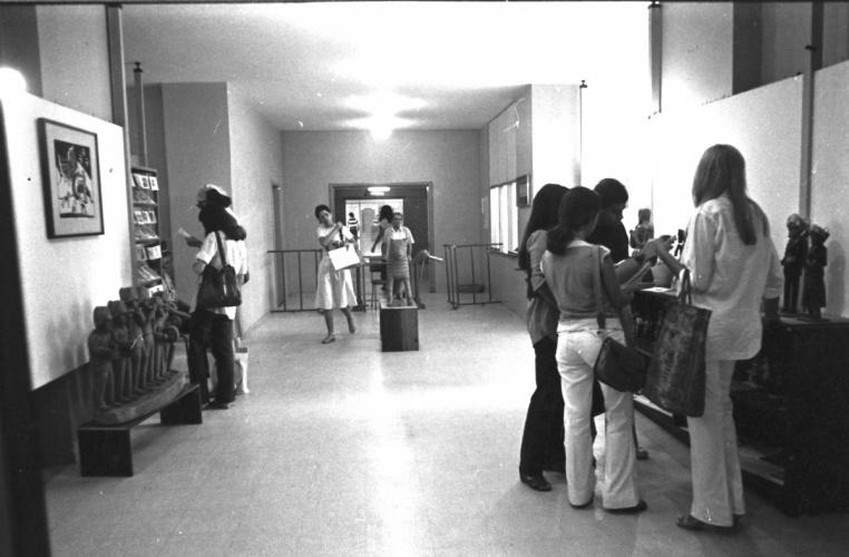 Exposição de Literatura de Cordel e de artesanato no hall de entrada da Biblioteca Central. 1978. Fotógrafo Antônio Albuquerque. Acervo do Núcleo de Memória.