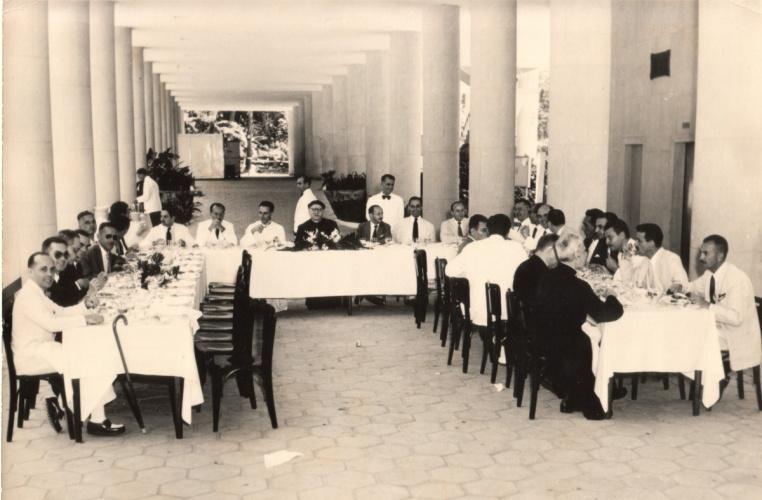 Almoço do Dia do Reitor nos pilotis do Edifício Cardeal Leme, Bloco B. c. 1970. Fotógrafo desconhecido. Acervo da Vice-Reitoria de Desenvolvimento.