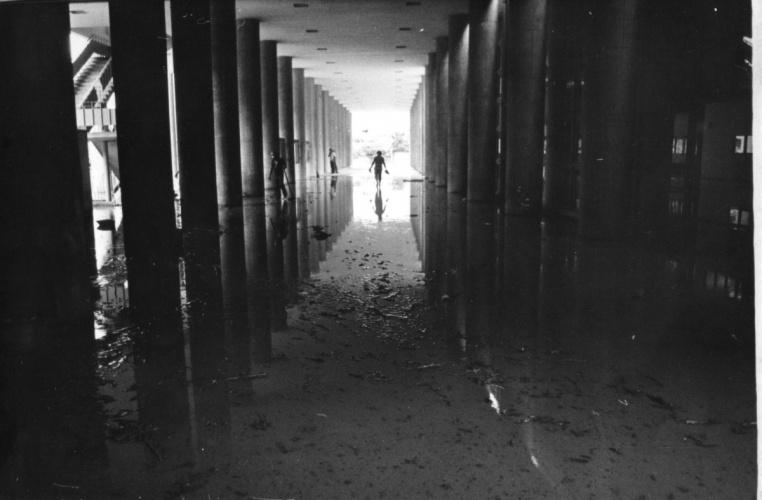 Pilotis do Edifício Cardeal Leme inundado pelas chuvas. 1975. Fotógrafo Antônio Albuquerque. Acervo do Projeto Comunicar.