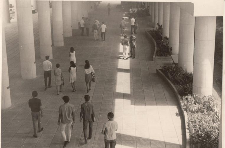 Alunos e professores caminham nos pilotis do Edifício da Amizade. 1967. Fotógrafo desconhecido. Acervo do Núcleo de Memória.