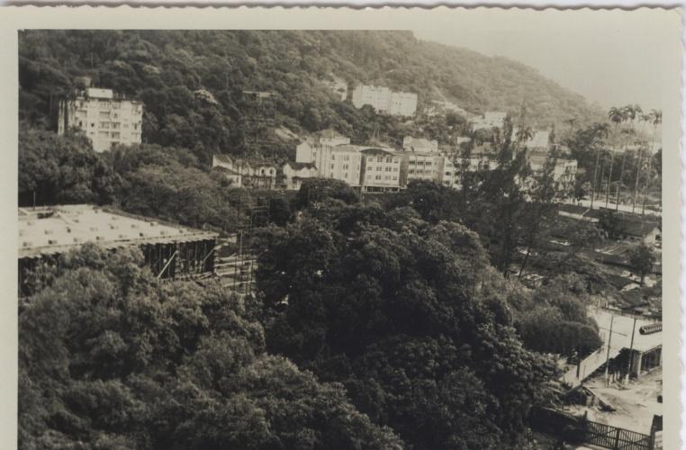 Construção do Edifício da Amizade e ao fundo, do lado direito, o Parque Proletário da Gávea. Vista a partir do Edifício Cardeal Leme. 1964. Fotógrafo desconhecido. Acervo do Núcleo de Memória.