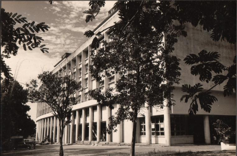 Vista do Edifício Cardeal Leme. À direita, no térreo, o Bar do Zé. c. 1960. Fotógrafo desconhecido. Acervo da Reitoria.