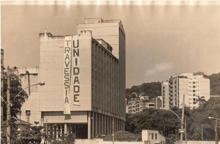 Edifício Cardeal Leme com faixas das duas chapas concorrentes à diretoria da UNE. 1979. Fotógrafo Alfredo Jefferson. Acervo do prof. Alfredo Jefferson.
