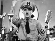 Chaplin em cena do  filme O Grande Ditador.