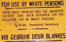 sinalização pública na África do Sul que evidencia a discriminação racial.
