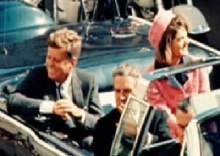 O presidente Kennedy e sua mulher Jacqueline Kennedy minutos antes do assassinato.