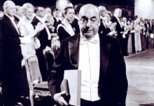 Pablo Neruda ao receber o Prêmio Nobel de Literatura.