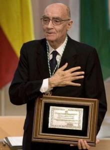 José Saramago recebe o prêmio Nobel de Literatura.