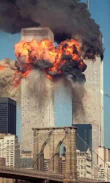 Imagem das Torres Gêmeas em chamas.