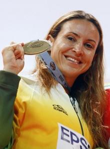 Maurren Maggi e a medalha de ouro ganha em Pequim.