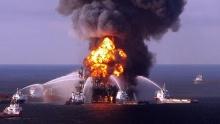 Plataforma de petróleo no Golfo do México logo após a explosão
