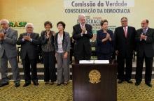 A presidente Dilma Roussef e os membros da Comissão Nacional da Verdade. Fonte: www.planalto.gov.br
