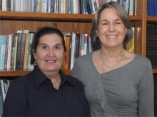 A coordenadora de licenciaturas, Profa. Maria Rita Passeri Salomão, com Olivia Balaguer Sequeira. Fotógrafo Antônio Albuquerque. Acervo do Núcleo de Memória.
