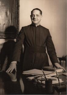 Padre Laércio Dias de Moura S.J em sua mesa de trabalho na Reitoria. 1966. Fotógrafo desconhecido. Acervo do Núcleo de Memória