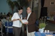O Reitor Prof. Pe. Josafá faz a entrega do diploma de Honra ao Mérito à professora Erica dos Santos Rodrigues, do Departamento de Letras. Fotógrafo Antônio Albuquerque. Acervo do Núcleo de Memória.