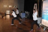 Monitoras do projeto PUC em Forma comandam atividades físicas e danças com a participação dos funcionários e professores homenageados. Fotógrafo Antônio Albuquerque. Acervo do Núcleo de Memória.