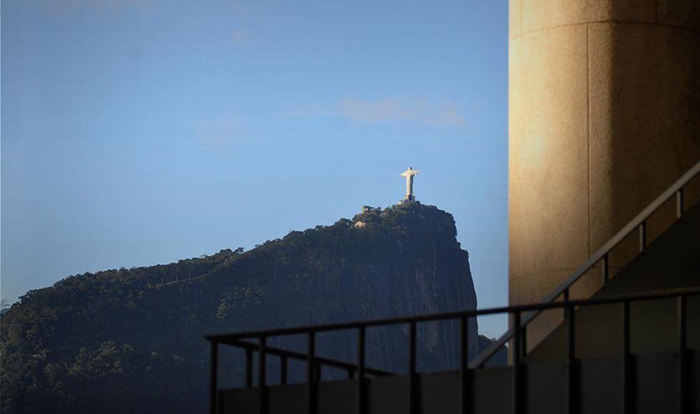 Corcovado visto a partir dos pilotis da PUC-Rio.