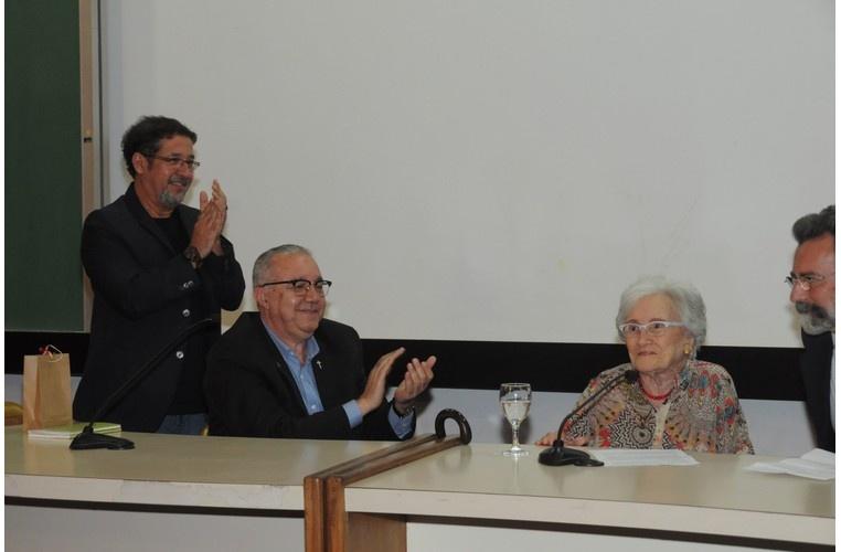 O Prof. Julio Diniz, o Reitor Prof. Pe. Josafá S.J. e a Profa. Cleonice Bernardinelli durante a homenagem à Dona Cléo e lançamento do DVD O vento lá fora, no Auditório do RDC. 01/12/2014. Fotógrafo Antônio Albuquerque. Acervo Núcleo de Memória.
