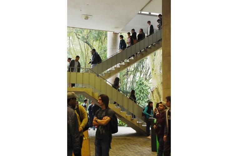 Alunos na escada e nos pilotis do bloco C do Edifício Cardeal Leme. 2017. Fotógrafo Antônio Albuquerque.  Acervo Núcleo de Memória.
