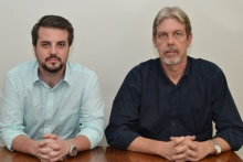 O Coordenador Central de Orçamento, Prof. Ricardo Tanscheit, e o funcionário Luiz Eduardo Santos Torres. Fotógrafo Antônio Albuquerque. Acervo Núcleo de Memória.