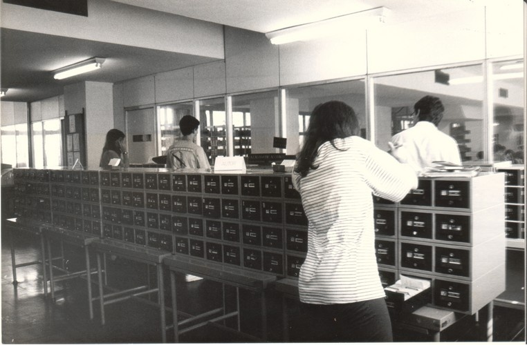 Fichários da Biblioteca Central, com a catalogação dos livros por assunto, autor e título. 1992. Fotógrafo Antônio Albuquerque. Acervo Núcleo de Memória.