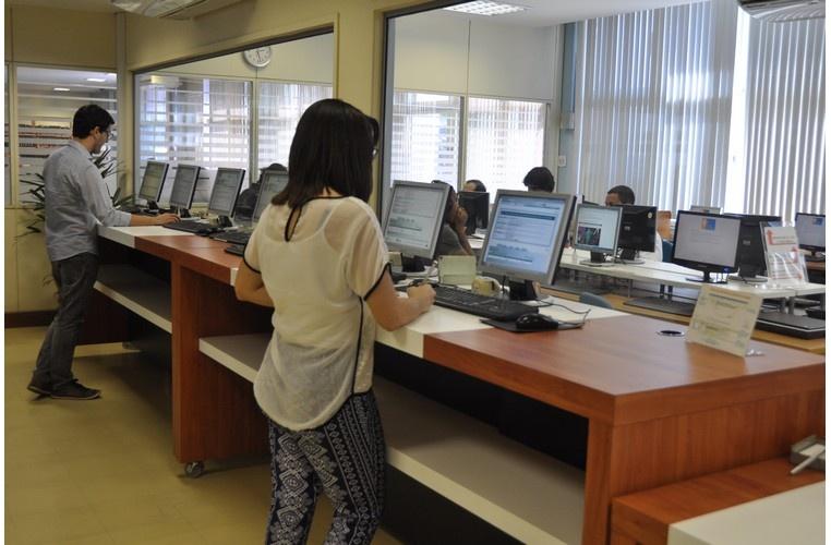Acesso ao catálogo da Biblioteca Central através de computadores no hall de entrada. 2014. Fotógrafo Antônio Albuquerque. Acervo Núcleo de Memória.