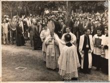 O Arcebispo Dom Jaime de Barros Câmara, e o Padre Velloso , S.J. por ocasião do lançamento da pedra fundamental.