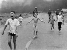 A menina Kim Phuc com a roupa e o corpo queimados após ataque aéreo com napalm em 1972.