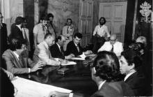 Assinatura do protocolo, com a presença do Reitor Pe. Mac Dowell, S.J., e do governador Chagas Freitas