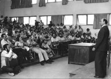 O Reitor pe. Mac Dowell em assembleia de professores convocada pela ADPUC.