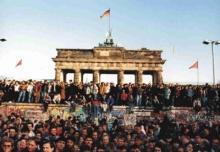 Multidão sobre o muro próximo ao Portão de Brandemburgo