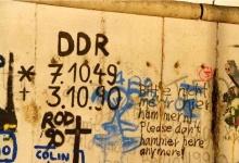 Fragmento do Muro de Berlim com inscrição alusiva ao final da Alemanha Comunista em 1990.