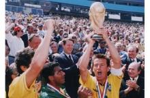 Dunga, capitão do time brasileiro com a taça do campeonato do mundo.