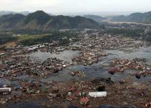 Cidade da costa da Sumatra destruída pelo tsunami.