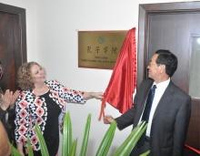 Na foto a profa. Rosa Marina de Brito Meyer e o prof. Wang Junkiang, vice-reitor da Hebei University. Fotógrafo Antônio Albuquerque.