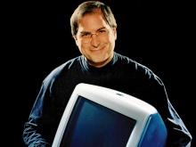 """Steve Jobs com um computador IMac, modelo """"Bondi Blue""""."""