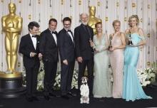 """Diretor e elenco de """"O Artista"""". Ao centro o cãozinho Uggie. Fonte: divulgação do evento."""