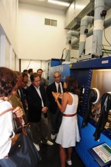 A coordenadora do INCT-Disse, Profa. Patrícia Lustosa, explica as aplicações do aparelho ao ex-ministro Sérgio Rezende. Fotógrafa Cynthia Salles. Acervo do Projeto Comunicar.