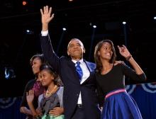 Obama festeja a vitória com a mulher, Michelle, e as filhas, Malia e Sasha. Fonte: www.bloomberg.com