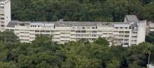 Edifício Cardeal Leme - Blocos A, B e C do primeiro edifício do campus da Gávea, inaugurado em 1955 e batizado em 1968 como Edifício Cardeal Leme. Fotógrafo Nilo Lima. Acervo do Núcleo de Memória.
