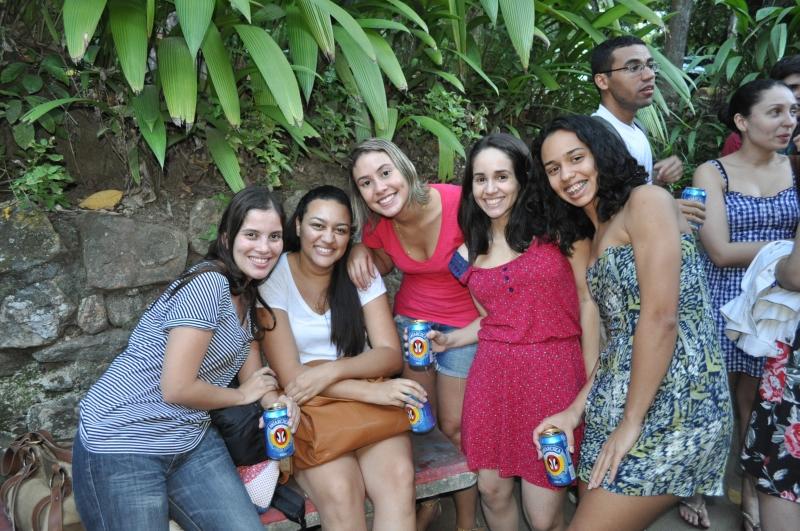 Juliana, à esquerda, e alunos de História em confraternização. 2012. Fotógrafo Antônio Albuquerque.