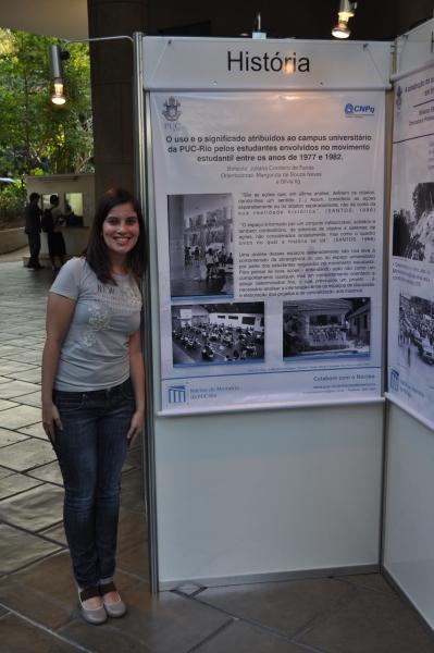 Juliana e seu poster, apresentado no PIBIC. 2010. Fotógrafo Antônio Albuquerque.
