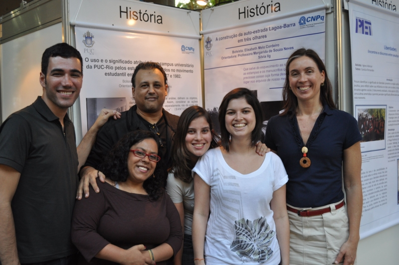 Equipe do Núcleo de Memória na exposição dos posters de Juliana e Elizabeth Cordeiro no PIBIC. 2010. Fotógrafo Antônio Albuquerque.