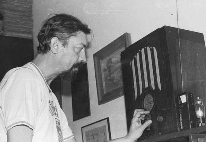 O Professor Manoel Herrington Wambier em sua casa. 1988. Acervo Projeto Comunicar.
